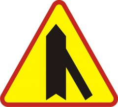 Drive-in entry of a one-way road from the right side